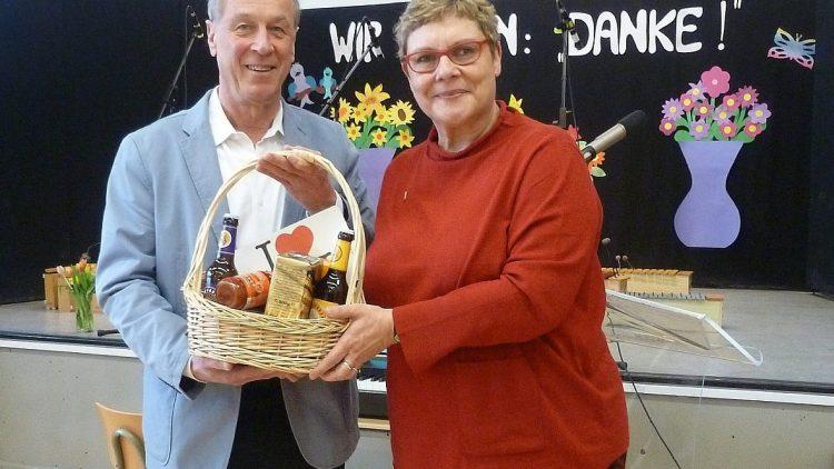 Neuköllns Schulstadträtin Karin Korte (SPD) überreicht Jürgen Jaster einen wohlverdienten Präsentkorb zum Abschied.