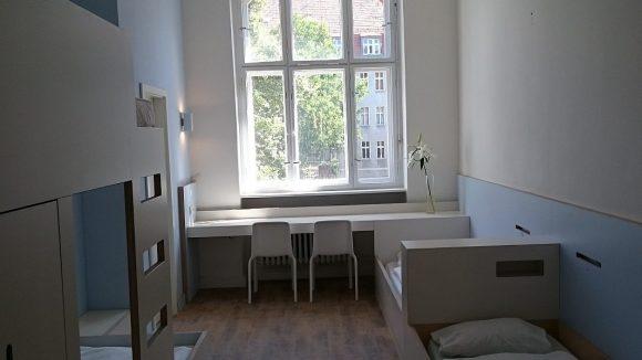 So sieht ein fast fertiges Zimmer in der Jugendherberge Berlin Ostkreuz aus.