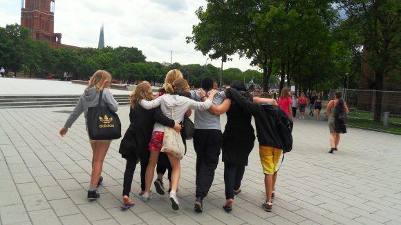 Obwohl die Teenager unterschiedliche Sprachn sprechen, wurden sie schnell Freunde - vor allem durch das gemeinsame Tanzen.