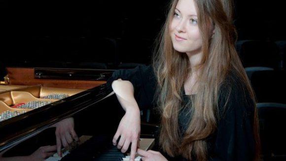 Jungpianistin Anastassiya Dranchuk im Spiegelsaal über Clärchens Ballhaus.