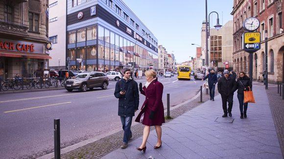 Karl-Marx-Straße: Einkaufsmeile, Verkehrsader und Baustelle.