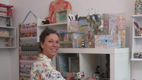 Farbenfroh und bunt sind die Möbel, nachdem Karolin Leyendecker sie verschönert hat. ©Möbelverrückt