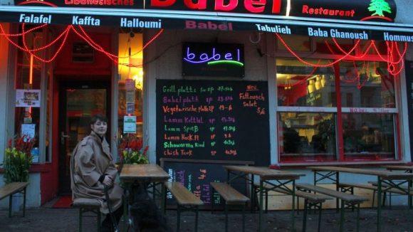 """Katharina Nesytowa vor dem Restaurant """"Babel"""". Hier lernte sie in ihrer Jugend ihren Kiez lieben."""