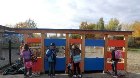 Der Naturwissenschaftliche Zaun des Helleum bietet Elemente wie Spiegelwürfel und Naturpuzzle.