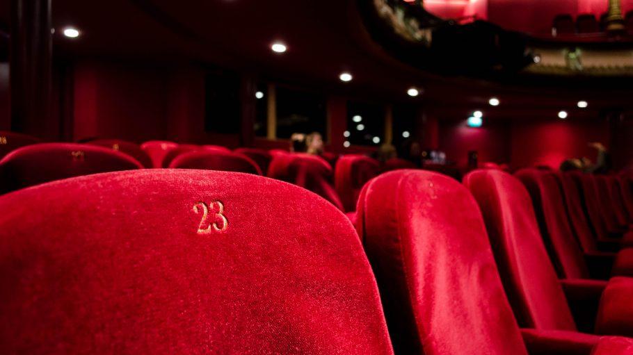 Rote Kinosessel in einem Kino