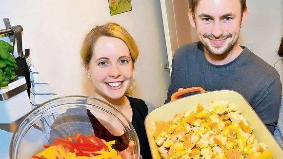 """Geschmack dank App. Verena Hubertz hat """"Kitchen Stories"""" mitgegründet. Ole Reckzeh arbeitet bei dem Berliner-Start-up, das Hobbyköchen hilft."""