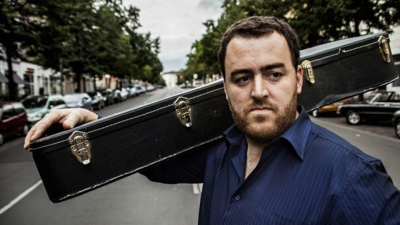 """Liedermacher Jan Koch tritt auf dem 1. """"Klangstaße"""" Musikfest in der Residenzstraße auf."""