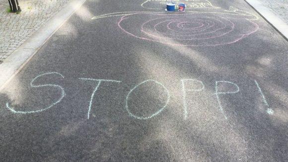 Hier gibt es heute für Autos kein durchkommen! Bis frühen Abend jedenfalls ... Das machen die Kinder in der Gudvanger Straße auch mit diesem Schriftzug deutlich.