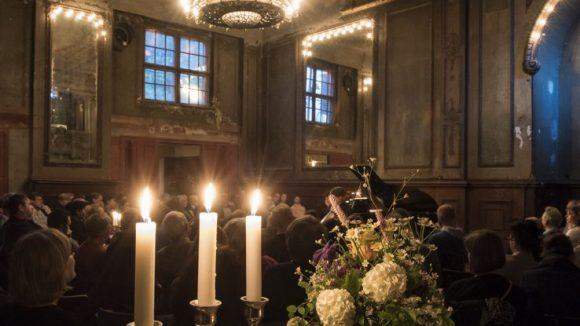 Die Sonntagsmatineen über Clärchens Ballhaus sind nicht nur etwas für die Ohren. Der morbide Charme des halb verfallenen Spiegelsaals in Kombination mit Leuchtern, Kerzen und frischen Blumen zaubert zusätzlich einen Schmaus fürs Auge.