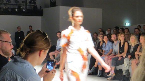 Kleid mit Papageienprint von Anne Gorke. (c) Trieba