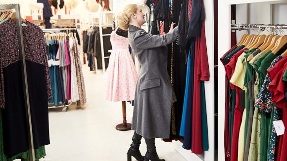 Marlene sieht sich Kleider an.