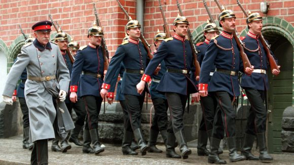 Köpenicker Garde marschiert mit Harald Juhnke vorm Köpenicker Rathaus