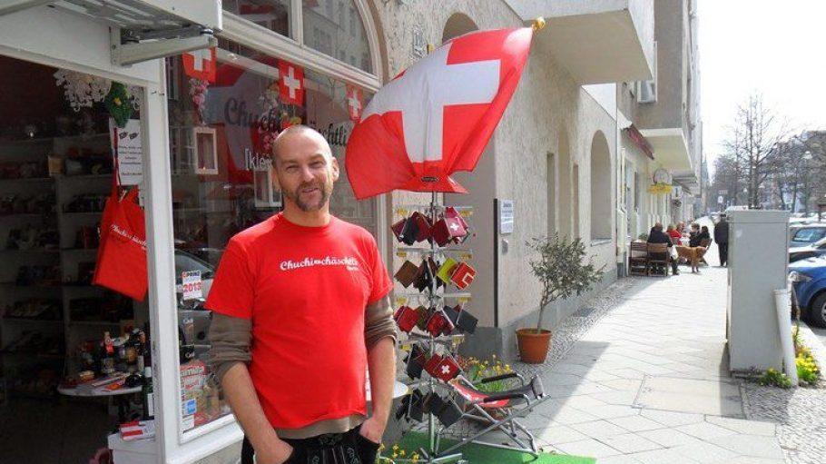 Hat die Lederhose schon mal angezogen: Matthias Kaiser vom Chuchi Chäschtli und Freunde organisieren ein Straßenfest im Güntzelkiez.