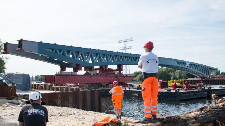 Ein Brückenteil für eine neue Spreebrücke wurde am 26.August.2015 zwischen Ober- und Niederschöneweide in Berlin über die Spree geschoben. Die Arbeit war leider umsonst.