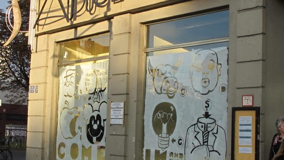 Kreative Fenstergestaltung am Eingang: Robert Voss