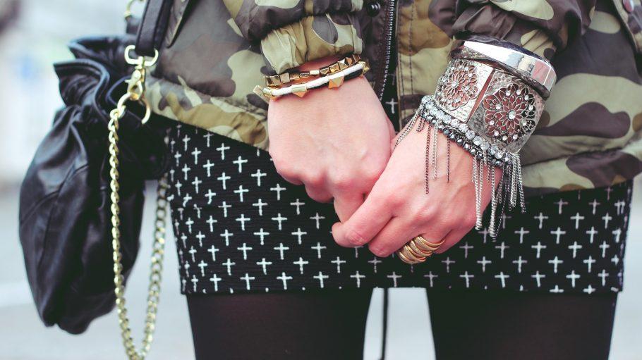 Armbänder und Ringe an Frauenhänden