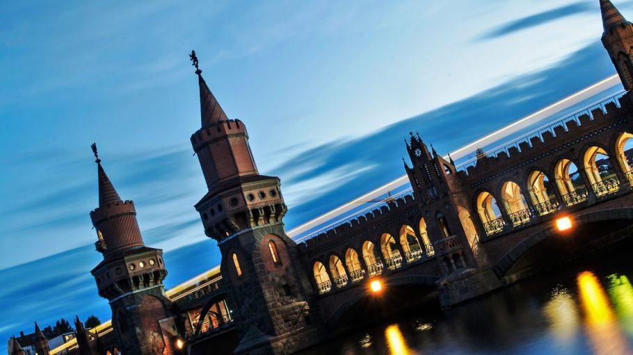 Die Oberbaumbrücke führt viele Berliner und Touristen nach Kreuzberg.