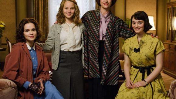 """Emilia Schüle, Sonja Gerhardt, Claudia Michelsen und Maria Ehrich (v.l.) drehen noch bis Mitte Oktober den Film """"Ku'damm 56"""" in Berlin."""