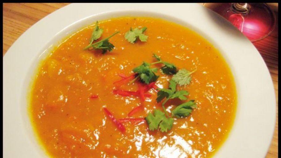 Das perfekte Herbstessen, so eine Kürbissuppe.