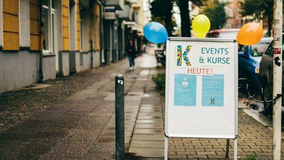 Die unterschiedlichen Events des Kulturschöpfervereins brauchen nicht viel Werbung: Auch so ist der Eckladen in der Grünberger Straße stets gut besucht.