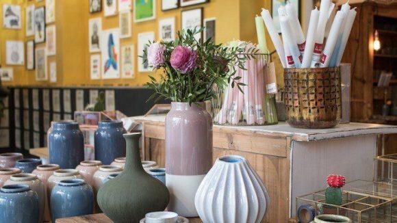 Kunst zum auf den Tisch stellen: bunte Keramik-Vasen und andere Deko.  ©muxmäuschenwild
