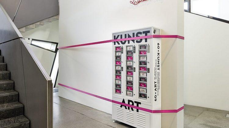 Die 60 Fächer des Automaten sind mit neuen Kunstwerken befüllt.