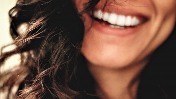Strahlende Zähe sind die Voraussetzung für ein wunderschönes Lächeln. In diesen Zahnarztpraxen nimmt man dir die Angst vor der Behandlung.