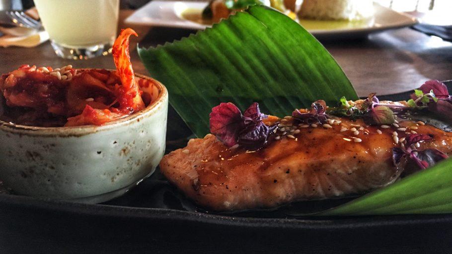 Der gegrillte Lachs mit Kimchi und frisch geriebenem Meerrettich im 1000 Grad.