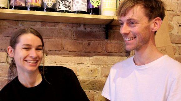Spaß am Bier: André und Robyn aus Neuseeland betreiben den ersten deutschen Laden für Bierspezialitäten mit Fassbier to go in Neukölln.