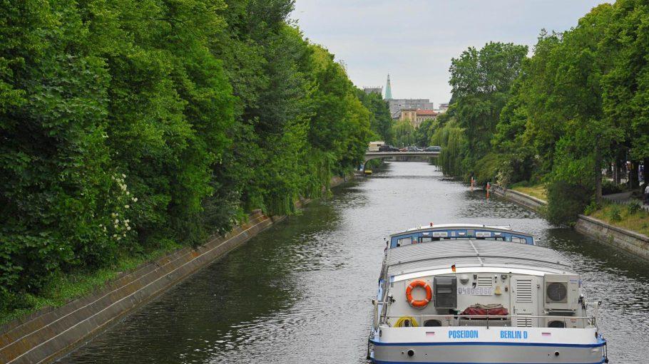 Der Landwehrkanal muss an seinen Ufern instand gesetzt werden. Für Schiffe ist er damit bis Ende März 2016 tabu.