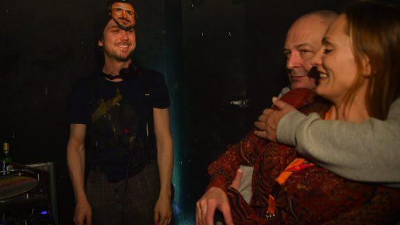Der DJ und Schauspieler Lars Eidinger auf dem Bild mit der Masker seiner Selbst auf dem Kopf.