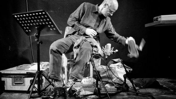 Viel Lärm um Nichts: Geräuschemacher Jörg Klingenberg macht ordentlich Krach für das Live-Hörspiel der Lauscherlounge.