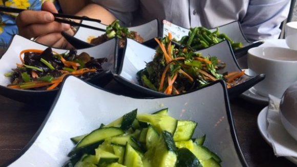 Lecker! Gurkensalat in Knoblauch-Essig Sauce und Morchel- und Seetangsalat.