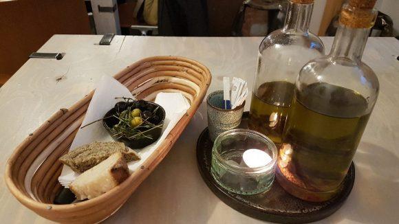 Leckere Oliven als Vorspeise stimmen uns auf die Pizzas ein. ©Julia Stürzl