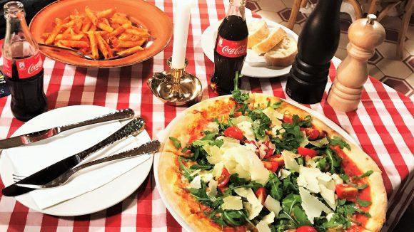 Leckere Pizza und Nudeln bekommst du in der Italiano Restaurant Café Bar.