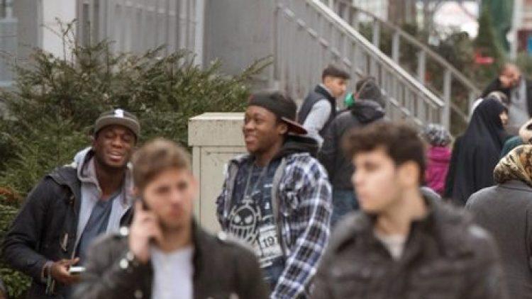 Wenn Jugendliche sich gegen Erwachsene abgrenzen wollen, tun sie dies oft auch sprachlich.