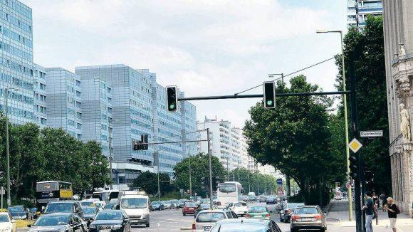 Autos allenthalben. Hier erweitert sich die Leipziger Straße auf sechs Spuren. Muss nicht sein, findet die Planerin.