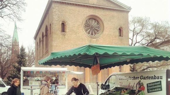 Ein Marktstand vor der Nazarethkirche auf dem Leopoldplatz.