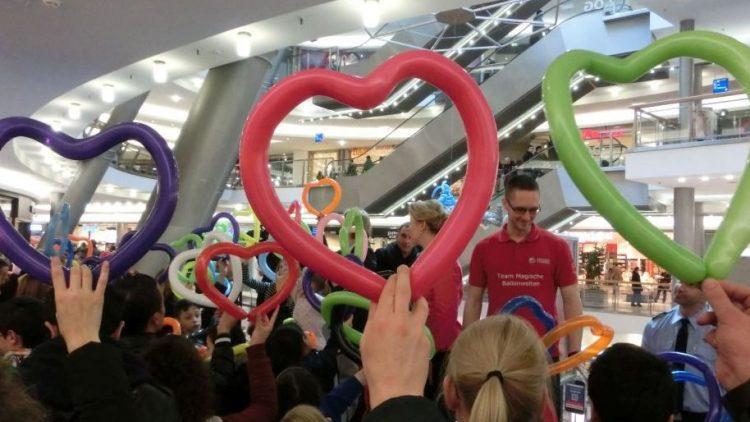 Insgesamt um die 40 Luftballonherzen wurden von Besuchern geformt und in die Höhe gehalten. Die Neukölln Arcaden spendeten zudem insgesamt 500 Euro an Kinder- und Jugendprojekte in Neukölln, die sich nun auch um den Käptn-Blaubär-Spielplatz kümmern.