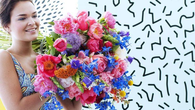 Die Dame macht's richtig: bunte Farben und eine Menge Ästhetik gibt es am Wochenende nicht nur auf dem Flowers Market im Bikini Berlin.