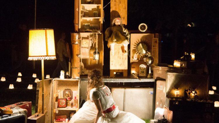 Schauspiel im Dunklen: Das Mädchen im weißen Kleid gehört zum Ensemble des Theater Anu.
