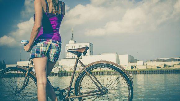 Im Sommer ist eine Fahrradtour am Wasser entlang besonders schön.