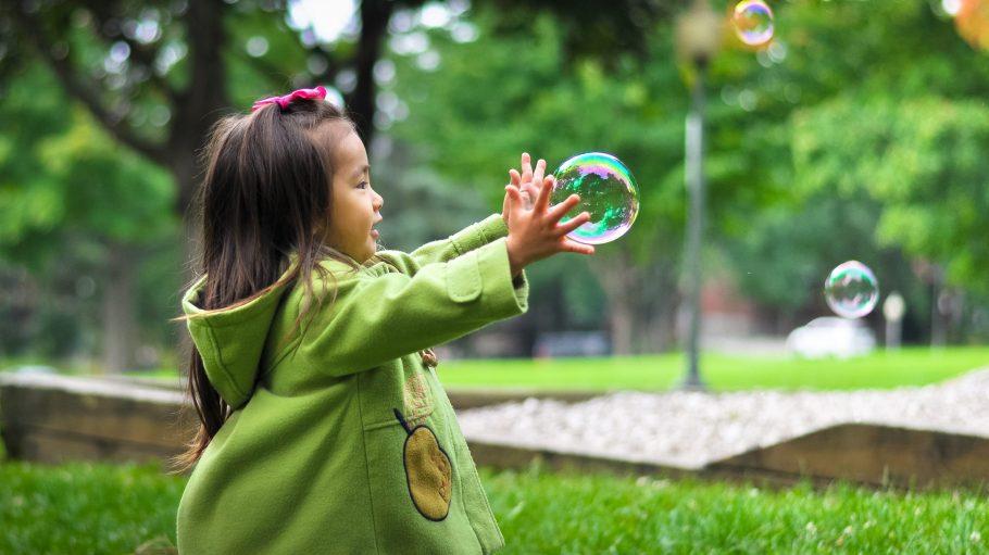 Im Park hat dieses Mädchen Platz, um mit Seifenblasen zu spielen. In Prenzlauer Berg kämpft eine Initiative für eine ganze Straße für Kinder.