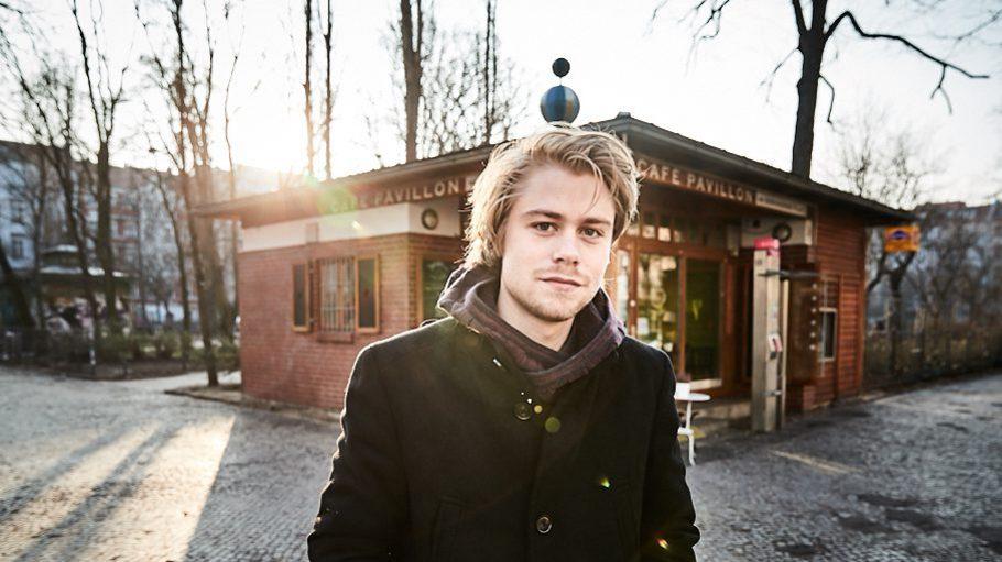 Tom Gramenz (26) am Boxhagener Platz in Friedrichshain. Der Jungschauspieler hat bald seinen Abschluss an der Schauspielschule Ernst Busch in der Tasche.
