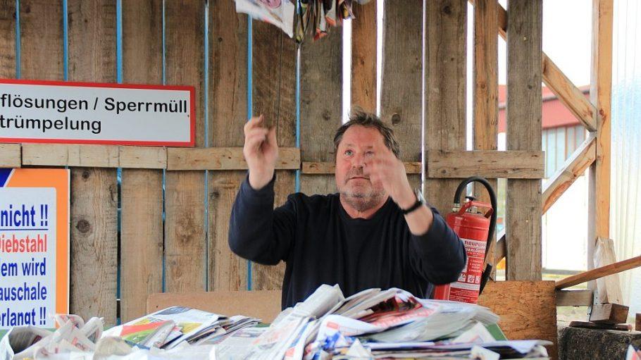 Mario Doßmann warb früher für Zeitungen, heute kauft- und verkauft er das Altpapier.