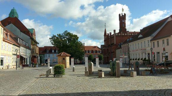 Marktplatz von Kyritz mit Bassewitz-Brunnen und Rathaus (im Hintergrund) ©Triantafillou