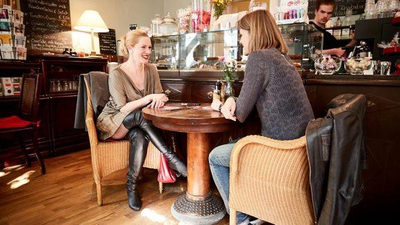 Marlene sitzt der Reporterin gegenüber im Café.