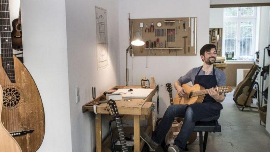 Seit dem 14. August baut, verkauft und repariert Martin Meckbach in Prenzlauer Berg Gitarren und andere Zupfinstrumente.