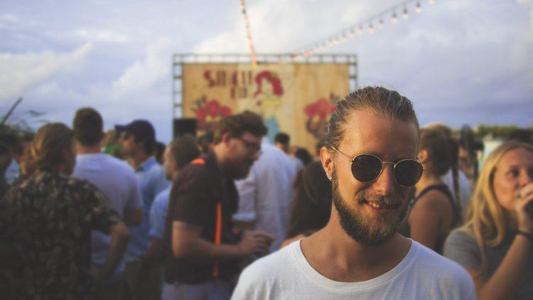 Mann auf Open Air Event Symbolbild Veranstaltungen Berlin