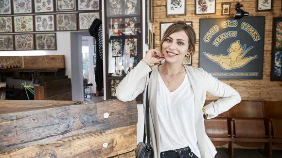 Masha im Tattoo Studio von ihrem Freund. Nur ihn lässt sie ihre Tattoos stechen.